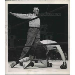 1946 Press Photo Boxer Billy Conn as Referee Eddie Joseph spreads his arms wide