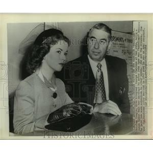 1949 Press Photo Actress Shirley Temple at atty George Stahlman at divorce court