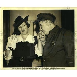 "1940 Press Photo Jan Duggan welcomed by ""The Bank Dick"" costar, W.C. Fields"
