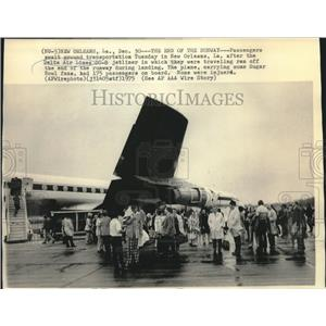 1975 Press Photo Passengers Wait Near Delta Air Lines DC-8 Jet Liner Plane