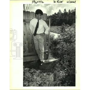 1992 Press Photo David Jackson stands on 3 foot retaining wall behind his house