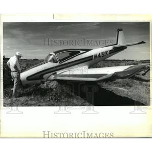 1989 Press Photo Samuel Chase Looks at His Nose Down Plane, Vincent Airport