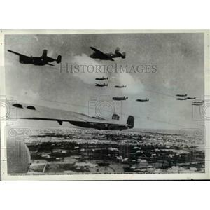 1943 Press Photo American heavy bombers zoom low across Tunisian Countryside