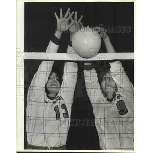 1986 Press Photo UTSA volleyball players Kathy Hollguda and Stacey Rose