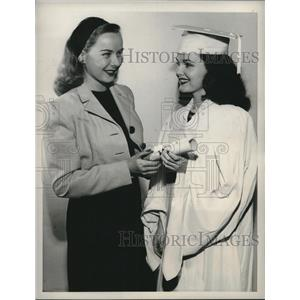 1946 Press Photo actress Diana Lynn congratulates starlet Wanda Hendrix