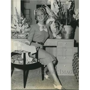 1955 Press Photo Celeste Holm in her dressing room at MGM studios - lrz00357