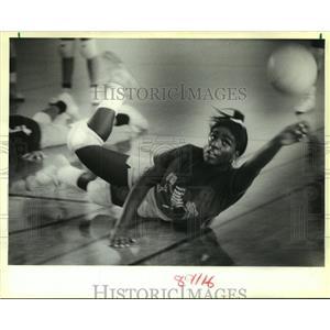 1989 Press Photo Tyra Encalade of St. Bernard High School Volley Ball