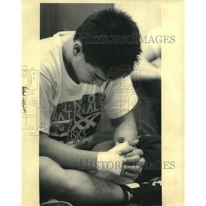 1992 Press Photo Wrestling - Keith Fabre' prays with his teammates at Rummel