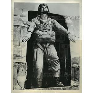 1943 Press Photo Colonel Harvey Jablonsky prepares to jump off transport plane
