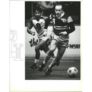 Press Photo Mens Soccer Player Dribbling Defended - RRQ00083