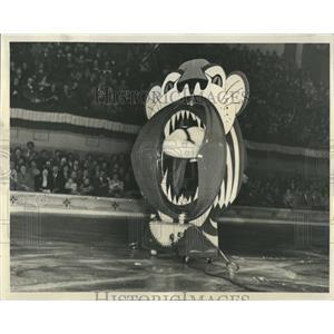 1951 Press Photo Ice Follies Legg Jumps Tigers Jaws - RRQ01323