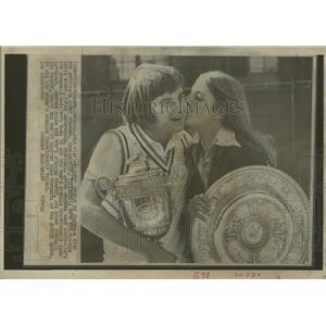 1974 Press Photo Connors Wins Gets Kiss Fiance Evert - RRQ01459 - RRQ01459