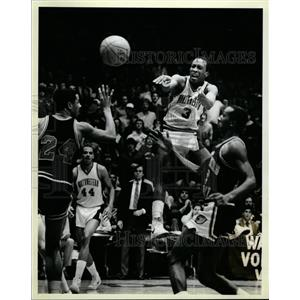 1983 Press Photo Northwestern Basketball Player Passes - RRQ02833