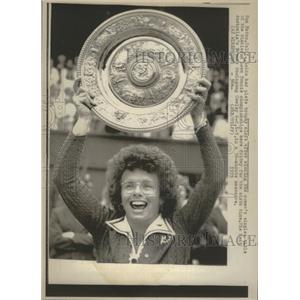 1975 Press Photo Billie Jean King Sixth Wimbledon Title - RRQ05099