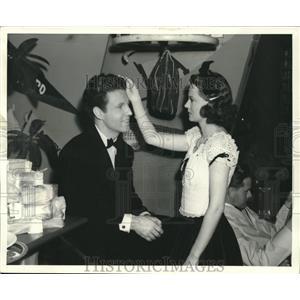 "1946 Press Photo Ozzie Nelson and Harriet Hilliard in ""Betty Co-ed"" - lrz00832"