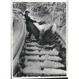 1960 Press Photo Louis J. Guilliani shoveling snow, Milwaukee - mjb98221