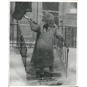 1960 Press Photo Betty Kapal shoveled front porch of her Milwaukee home