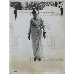 1935 Press Photo Princess Gaekwar of Baroda enjoys skating in native costume