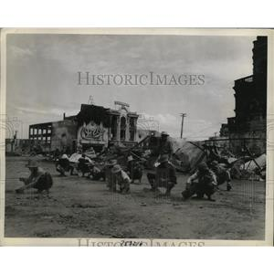 1945 Press Photo Filipino laborers clean the wreckage of Plaza Santa Cruz