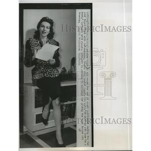 1952 Press Photo Lorraine Cugat reads out of court settlement in Hollywood.