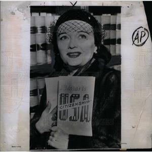 1951 Press Photo SILENT FILM SIREN Poll Negri citizen