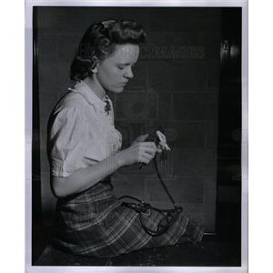 1942 Press Photo Myrtle Severson repair iron cord - DFPD65197