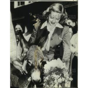 1942 Press Photo Actress Bette Davis receives mule named Oscar - lrz02355