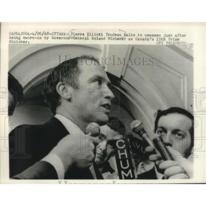 1968 Press Photo Canadian Prime Minister Pierre Elliott Trudeau talks to newsmen