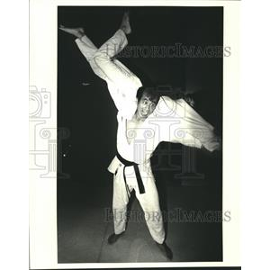 1981 Press Photo Nuobo Hayashi, judo instructor, flips student Prieur Leary