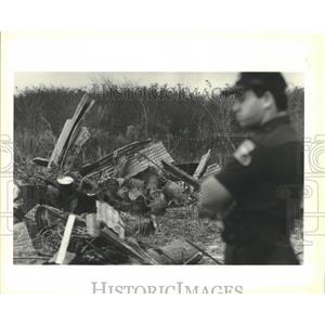 1991 Press Photo State Police Trooper Bill Lopez at Abita, Louisiana dump site