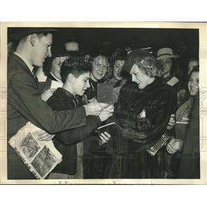 1939 Press Photo Singing Star Ilona Massey signs autographs in New York