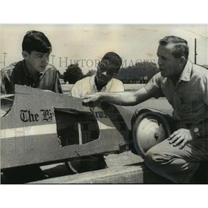 1968 Press Photo George Herran Sr. gives pointers to boys about Soap Box Derby