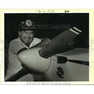 1988 Press Photo Bud Herron shown with his Ultralight Glasair aircraft