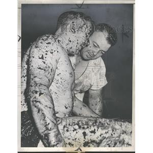 1940 Press Photo Blue Berry Wrestling Match - RRQ40707