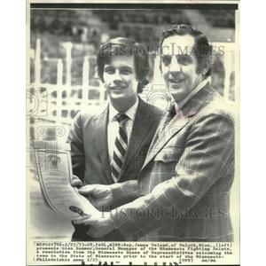 1973 Press Photo James Ueland gives Glen Sonmor welcoming resolution, Minnesota