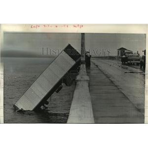 1960 Press Photo Hurricane Donna blew semitrailer into river in Fort Meyers, FL