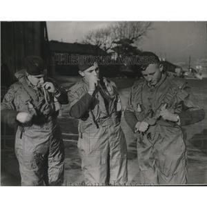 1937 Press Photo RAF men prep for 25,000 mile trip, England to Australia & back