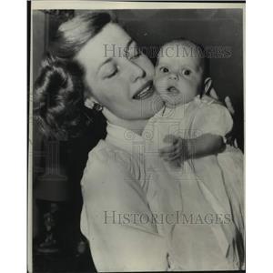 1947 Press Photo actress Anita Louise introduces her newborn daughter, Melanie