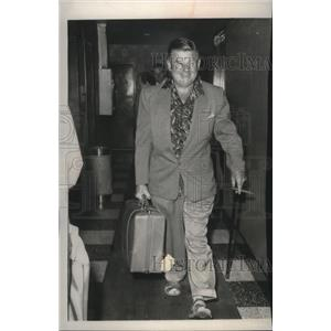 1959 Press Photo Actor Arthur Godfrey leaving his apartment in New York