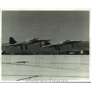 1989 Press Photo Northrop F-5 jets take off on pre-delivery flight