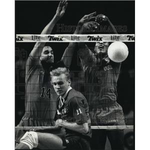 1990 Press Photo US volleyball's Mark Arnold, Uvaldo Acosta blocks shot