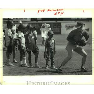 1990 Press Photo San Antonio Missions pitcher Sean Snedeker with clinic kids