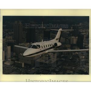 Press Photo The Beechjet 400A, a small twin-jet aircraft flies over Atlanta