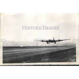 1946 Press Photo B-29 plane during take off from Navy experimental ordnance base