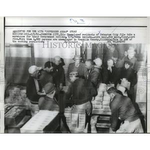 1961 Press Photo Unemployed Residents Of Johnston City File In Warehouse