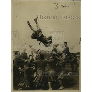 Press Photo Dancing People Throwing Someone In The Air - nem69562