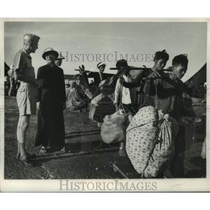 1954 Press Photo Lieutenant Colonel Alan Josephson speaks with Vietnamese priest