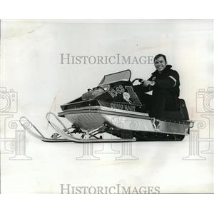 1970 Press Photo Green Bay Packers football's Doug Hart rides a snowmobile
