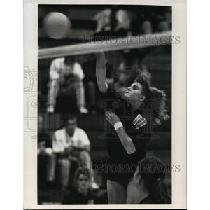 1992 Press Photo Carroll College volleyball player, Jodie Schmidt, spikes ball