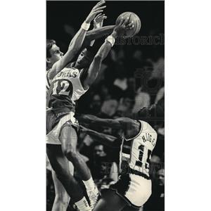 1987 Press Photo Atlanta Hawks basketball's John Battle fights for a rebound